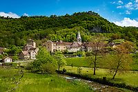 Frankreich, Bourgogne-Franche-Comté, Département Jura, Baume-les-Messieurs: klassifiziert als eines der schoensten Doerfer Frankreichs (Plus beaux villages de France) am Fluesschen La Seille - mit der  Benediktinerabtei Saint-Pierre | France, Bourgogne-Franche-Comté, Département Jura, Baume-les-Messieurs: classified as one of France's most beautiful villages (Plus beaux villages de France) at river La Seille - with former Benedictine Baume Abbey