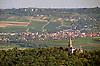 Blick auf die Rochuskapelle (1891-95, Architekt Max Meckel), Wallfahrtskirche auf dem Rochusberg, Bingen am Rhein, dahinter in der Ebene Ockenheim mit Kloster Jakobsberg auf dem Hügel