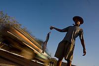 Curvelo_MG, 19 de Setembro de 2007.<br /> <br /> Projeto Beira de Estrada<br /> <br /> Rota Norte e Noroeste de Minas<br /> <br /> Na foto, Zacharias, ele vende dessa maneira os peixes pescados no Velho Chico.<br /> <br /> Foto: LEO DRUMOND / NITRO