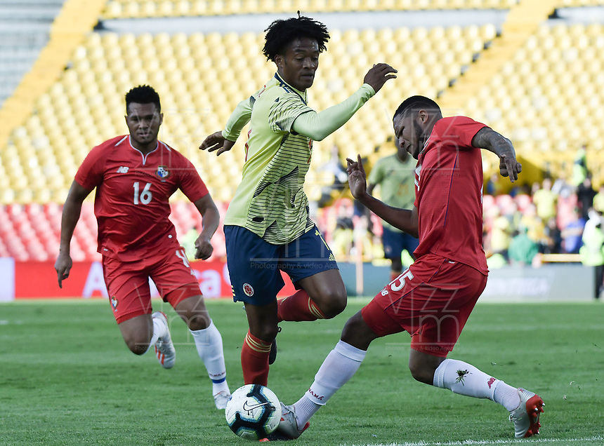 BOGOTA - COLOMBIA, 03-06-2019: Juan G Cuadrado jugador de Colombia disputa el balón con Eric Davis jugador de Panamá durante partido amistoso entre Colombia y Panamá jugado en el estadio El Campín en Bogotá, Colombia. / Juan G Cuadrado player of Colombia fights the ball with Eric Davis player of Panama during a friendly match between Colombia and Panama played at Estadio El Campin in Bogota, Colombia. Photo: VizzorImage/ Gabriel Aponte / Staff