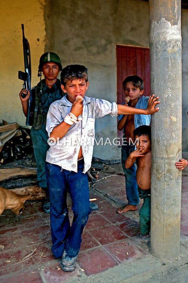 Soldado e crianças na guerra civil de El Salvador. 1981. Foto de Juca Martins.