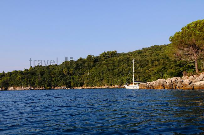 Segelboot ankert in einer kleinen Bucht nahe Glavotok; Sailing-boat anchoring in al little bay near Glavotok, Krk Island, Dalmatia, Croatia. Insel Krk, Dalmatien, Kroatien. Krk is a Croatian island in the northern Adriatic Sea, located near Rijeka in the Bay of Kvarner and part of the Primorje-Gorski Kotar county. Krk ist mit 405,22 qkm nach Cres die zweitgroesste Insel in der Adria. Sie gehoert zu Kroatien und liegt in der Kvarner-Bucht suedoestlich von Rijeka.