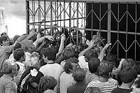 - Albania, Settembre 1991, asta pubblica di indumenti usati nella città di Lushnje<br /> <br /> - Albania, September 1991, public auction of used clothing in the city of Lushnje