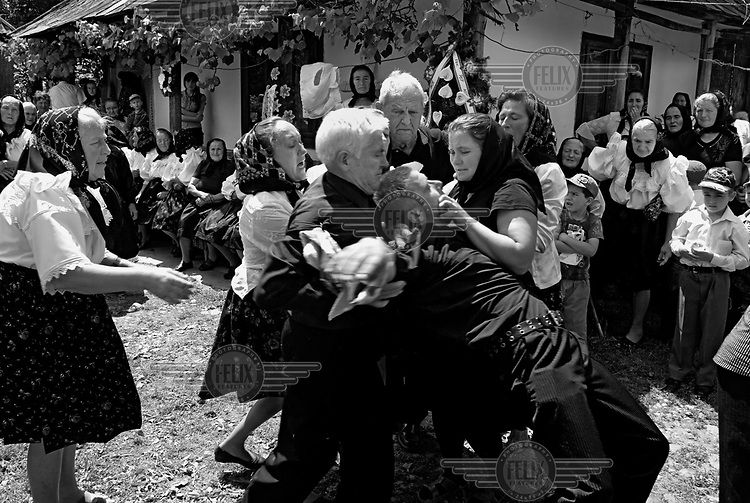 The son of a deceased parent collapses from grief during the funeral in Maramures.
