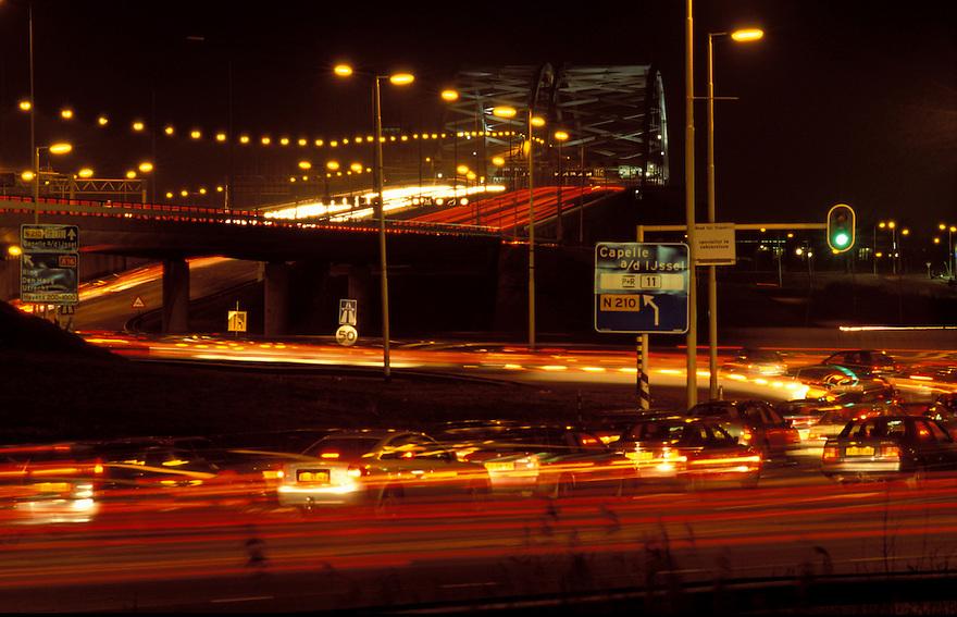 Rotterdam, maart 1998..Dagelijkse file voor v Brienenoordbrug van verkeer dat Rotterdam verlaat..Foto: (c) Michiel Wijnbergh, Driebergen.e-mail: michiel@wijnbergh.nl
