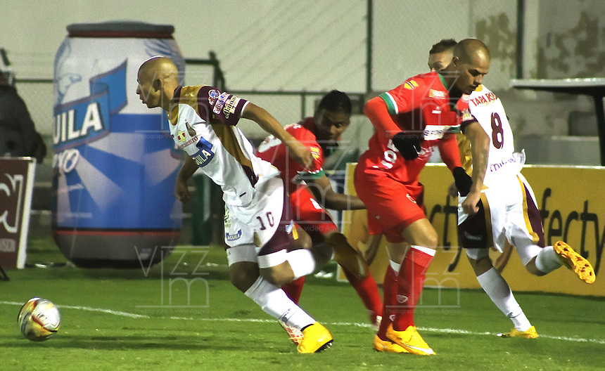 TUNJA -COLOMBIA, 8-MARZO-2015. Jonathan Estrada   del Tolima disputa el balon contra Patriotas de Boyaca    durante la octava fecha de La Liga Aguila jugado en el estadio La Independencia de la ciudad de Tunja   . /  Jonathan Estrada of Deportes Tolima   dispute for the ball against  Patriotas of Boyaca   of Tolima during the eight round of La Liga Aguila played at La Independencia  stadium in Tunja City . Photo / VizzorImage / Cesar Melgarejo  / Stringer