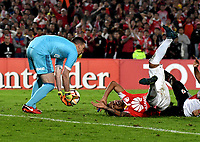 BOGOTÁ - COLOMBIA, 03-05-2018: Wilson Morelo (Der.) jugador de Independiente Santa Fe disputa el balón con Franco Armani (Izq.) guardameta de River Plate, durante partido entre Independiente Santa Fe (COL) y River Plate (ARG), de la fase de grupos, grupo D, fecha 5 de la Copa Conmebol Libertadores 2018, jugado en el estadio Nemesio Camacho El Campin de la ciudad de Bogota. / Wilson Morelo (R) player of Independiente Santa Fe vies for the ball with Franco Armani (L) goalkeeper of River Plate, during a match between Independiente Santa Fe (COL) and River Plate (ARG), of the group stage, group D, 5th date for the Conmebol Copa Libertadores 2018 at the Nemesio Camacho El Campin Stadium in Bogota city. Photo: VizzorImage  / Luis Ramírez / Staff.