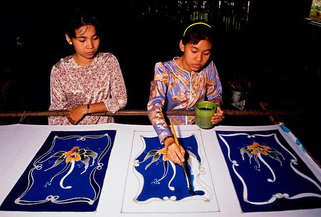Artisan making batik, Kota Bharu, Kelantan State, Malaysia, Asia