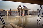 Bouw > Arbo > Weer > Nat.In Utrecht werken medewerkers van bouwcombinatie Jurriëns-Trebbe in de stromende regen aan houten schotten tijdens de bouw van een nieuw complex voor de Faculteit der Diergeneeskunde. Als onderdeel van een groot verbouwings- en nieuwbouwplan worden oude stallen verbouwd, faciliteiten uitgebreid en ondermeer een nieuw laboratorium gebouwd waarin een apotheek en een restaurant komen. .© Ton Borsboom.steekwoorden: bouw bouwnijverheid bouwindustrie arbouw arbo hoogte weer regen arbeidsomstandigheden helm utiliteitsbouw hout montage
