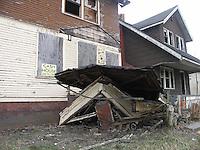 Detroit: downtown, il centro città. Una vecchia casa decrepita in vendita con macerie davanti.