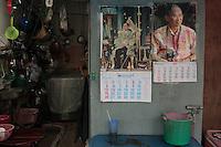 Deux calendriers à l'effigie du Roi et deux images différentes du monarque dans cette petit échoppe de rue : l'un présente le roi souverain en habit d'apparat, héritier de la monarchie des .., l'autre présente un roi détendu, un appareil photo autour du cou.