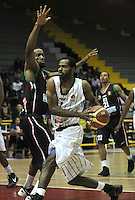 BOGOTA - COLOMBIA: 05-04-2013: Mendez (Der.) de Piratas de Bogotá, disputa el balón con Garres (Izq.) de Manizales Once Caldas, abril 5 de 2013. Piratas y Manizales Once Caldas en la  fecha 23 de  la Liga Directv Profesional de baloncesto en partido jugado en el Coliseo El Salitre. (Foto: VizzorImage / Luis Ramírez / Staff). Mendez (R) of Piratas from Bogota, fights for the ball with Garres (L) of Manizales Once Caldas, April 5, 2013. Piratas and Manizales Once Caldas in the match for the 23 date of the Directv Professional League basketball, game at the Coliseo El Salitre. (Photo: VizzorImage / Luis Ramirez / Staff).