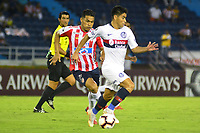 BARRANQUILLA - COLOMBIA ,25-04-2019: Teofilo Gutierrez (Izq.) jugador del Atlético Junior  de Colombia  disputa el balón con Gerónimo Poblete (Der.) jugador del  San Lorenzo  de Argentina durante partido por la fase de grupos (Vuelta) fecha 5 de la Copa CONMEBOL Libertadores 2019 jugado en el estadio Metropolitano Roberto Meléndez de la ciudad de Barranquilla . / Teofilo Gutierrez (L) Player of Atlético Junior of Colombia disputes the ball with Gerónimo Poblete  (R) player of San Lorenzo of Argentina during the group stage (comeback) date 5 of the Copa CONMEBOL Libertadores 2019 played at the Metropolitan Stadium Roberto Meléndez from the city of Barranquilla . Photo: VizzorImage / Alfonso Cervantes / Contribuidor.