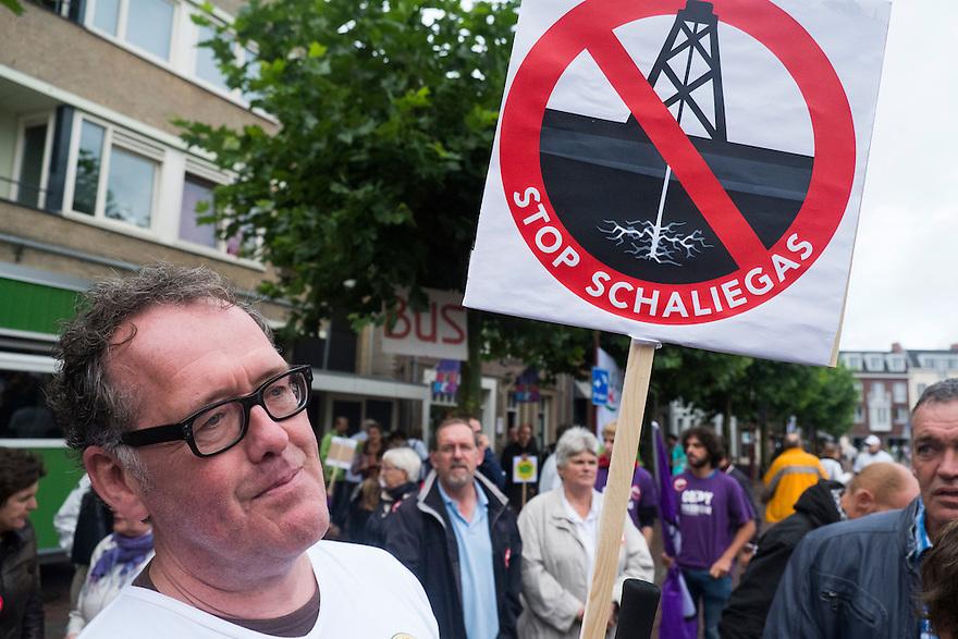 Nederland, Boxtel, 14 sept  2013<br /> Manifesatie tegen schaliegas proefboringen in  Boxtel. Tegenstander met protestbord.<br /> Foto(c): Michiel Wijnbergh