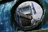 Matrose Jan Holan / Zwei junge Tschechen haben 6.000 Plastikflaschen gesammelt, um darauf ein Abenteuer zu erleben. Sie haben ein Boot gebaut und fahren damit die Elbe hinunter, bis nach Hamburg.