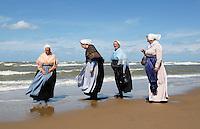 Nederland Katwijk. Noordzee Zomerfestival. Nationaal Klederdracht Festival. Mensen in klederdracht uit Scheveningen. Foto Berlinda van Dam / Hollandse Hoogte