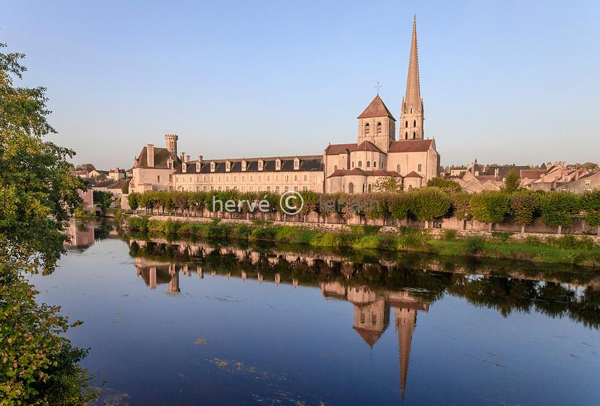 France, Vienne, Saint Savin sur Gartempe, Saint Savin abbey church listed as World Heritage by UNESCO and Gartempe river // France, Vienne (86), Saint-Savin-sur-Gartempe, église abbatiale Saint-Savin-sur-Gartempe classée Patrimoine Mondial de l'UNESCO et la Gartempe