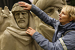 """Foto: VidiPhoto<br /> <br /> GARDEREN – Blinden en slechtzienden maken dinsdag """"een reis om de wereld"""" met hun handen bij het bekende Veluws Zandsculturenfestijn in Garderen. Dat er af een toe bij het voelen een stukje afbreekt van een kunstwerk is geen probleem, want maandag gaat de shovel er tegenaan. De honderden sculpturen worden dan bij elkaar geveegd tot 30 ton zand, waarna er dit voorjaar weer nieuw beelden van worden gemaakt. Thema volgend jaar is """"75 Jaar bevrijding"""". Op de laatste twee dagen van het festival mogen blinden en slechtzienden de kunstwerken gratis 'zien' met hun handen. Ieder jaar neemt de belangstelling daarvoor toe. Foto: De blinde Marjolein Strang van Hees uit Zwolle word begeleid door haar vriendin Julia Wever-van der Moolen."""