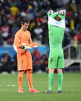 FUSSBALL WM 2014  VORRUNDE    GRUPPE D     Uruguay - England                     19.06.2014 Torwart Fernando Muslera (lI, Uruguay) tauscht mit Torwart Joe Hart (re, England) sein Trikot