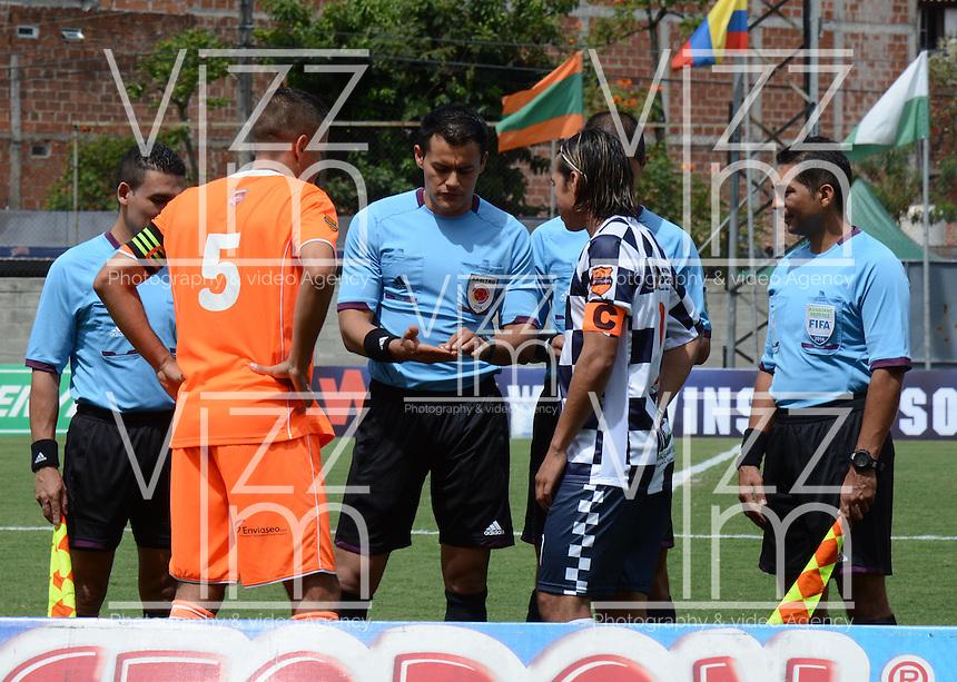 ENVIGADO -COLOMBIA-16-08-2014. Andres Orozco (Izq) capitán de Envigado FC, Diego Fernando Chica (Der) capitán de Boyacá Chicó FC y Edilson Ariza (C), árbitro, durante los actos protocolarios previo al partido por la fecha 5 de la Liga Postobón II 2014 realizado en el Polideportivo Sur de la ciudad de Envigado./ Andres Orozco (L) capitan of Envigado FC, Diego Fernando Chica (R) captain of Boyacá Chicó FC and Edilson Ariza, referee, during the formal events prior the match for the 5th date of the Postobon League II 2014 at Polideportivo Sur in Envigado city.  Photo: VizzorImage/Luis Ríos/STR