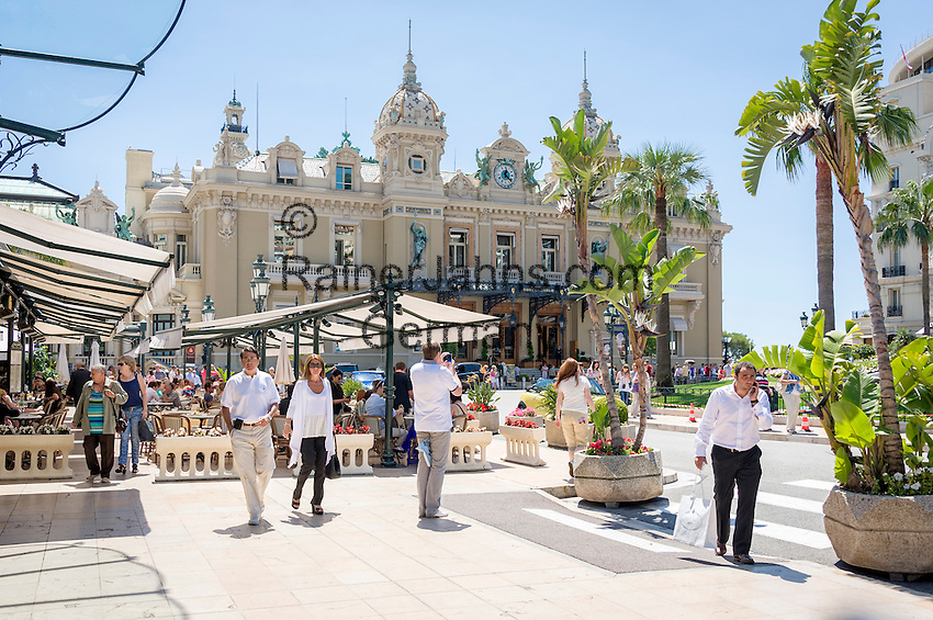 Principality of Monaco, on the French Riviera (Côte d'Azur), district Monte Carlo: Brasserie le Café de Paris and Opéra de Monte-Carlo with the Casino Monte-Carlo | Fuerstentum Monaco, an der Côte d'Azur, Stadtteil Monte Carlo: Brasserie le Café de Paris und die Opéra de Monte-Carlo mit dem Casino Monte-Carlo