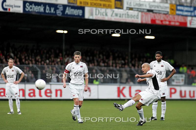 Nederland, Volendam, 18 januari 2009..Seizoen 2008-2009.Volendam-AZ (0-2).Demy de Zeeuw (2e van r) van AZ schiet de vrije trap op de paal