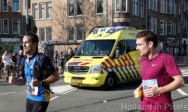 Nederland - Amsterdam - 2017 .  De Marathon van Amsterdam. Ambulance op weg naar een deelnemer.   Foto Berlinda van Dam / Hollandse Hoogte
