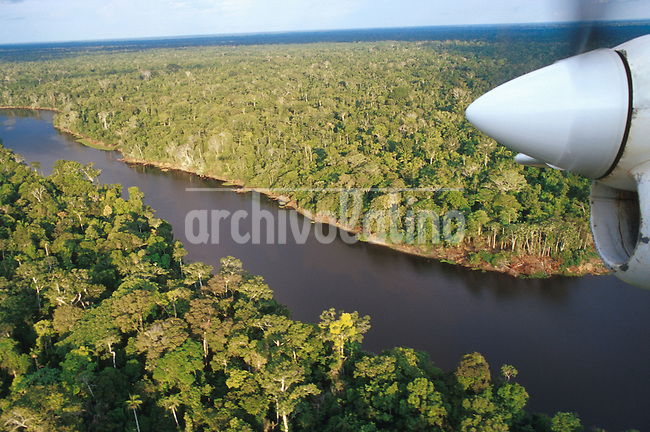 Vista aérea del Rio Amazonas que nace en el norte Peru y desemboca en el Brasil  *Aerial view of the Amazon river in its first leg crossing the north of the Peru before getting into Brazil..