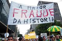 SÃO PAULO-SP-01,11,2014-ATO CONTRA DILMA -Flavio Bolsonaro/ Manifestantes durante ato público contra a reeleição da Presidente Dilma Rousseff.Contou com mais de mil manifestantes.Local:MASP -Avenida Paulista,região centro sul da cidade de São Paulo,na tarde desse sábado,01(Foto:Kevin David/Brazil Photo Press)
