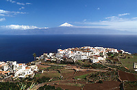 Spanien, Kanarische Inseln, Gomera, Blick auf Agulo und Teide auf Teneriffa