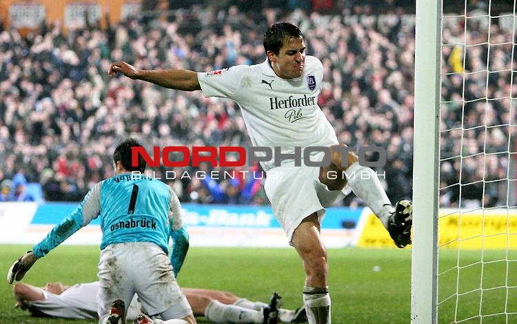 2.Liga FBL 2007/2008  25. Spieltag Rueckrunde<br /> FC St.Pauli &ndash; vs. VFL Osnabrueck 2:1<br /> <br /> Schl&uuml;sselszene des Abends: 80.Spielminute, Eigentor Thomas Cichon (Nr.30), liegt frustiert lang am Boden. Torwart Ferderik G&ouml;&szlig;ling (Nr.1) ist geschlagen. Linksverteidiger Andreas Schaefer (Nr.11) tritt aus Wut vor den Pfosten.<br /> <br /> <br /> <br /> Foto &copy; nph (nordphoto)<br /> <br /> *** Local Caption ***