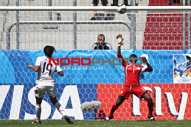 25.07.2010,  Augsburg, GER, FIFA U20 Womens Worldcup, , Viertelfinale, USA vs Nigeria,  im Bild Sydney LEROUX (USA #19) verschiesst den entscheidenden Elfmeter gegen Alaba JONATHAN (Nigeria #1) , Foto: nph /  Straubmeier