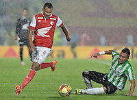 BOGOTÁ -COLOMBIA, 07-05-2014. Sergio Otalvaro (Izq) de Independiente Santa Fe disputa el balón con Fernando Uribe (Der) del Atlético Nacional durante partido de ida por las semifinales de la Liga Postobón  I 2014 jugado en el estadio Nemesio Camacho el Campín de la ciudad de Bogotá./ Independiente Santa Fe player Sergio Otalvaro (L) fights for the ball with Atletico Nacional player Fernando Uribe (R) during first leg match for the semifinals of the Postobon League I 2014 played at Nemesio Camacho El Campin stadium in Bogotá city. Photo: VizzorImage/ Gabriel Aponte / Staff