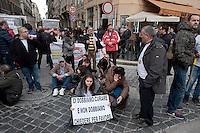 Roma  25 Novembre 2013<br /> Staminali, la protesta dei malati.<br />  Il movimento di sostegno al trattamento con cellule staminali pro-Stamina manifesta  nel centro di Roma. Gli attivisti della associazione 'Civico 117A' hanno invaso Via del Tritone e Via del Corso, vicino al Palazzo Chigi, bloccando il traffico. Il blocco a Piazza Venezia.<br /> Roma, Italy. 25th November 2013 -- The pro-Stamina stem cell treatment support movement demonstrates in the center of Rome. Activists of the 'Civic 117A' association have invaded Via del Tritone and Via del Corso, near the Chigi Palace, blocking traffic.