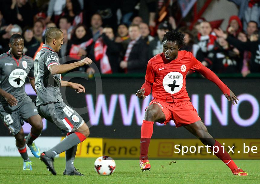 KV Kortrijk - Standard Luik : duel tussen Elimane Coulibaly (rechts) en William Vainqueur (links)<br /> foto VDB / Bart Vandenbroucke