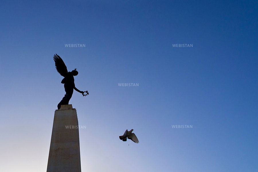 Algerie. Oran. Place d'arme ou place du 1er novembre. 09 Avril 2011.Le bronze ailee du monument &laquo; Sidi Brahim &raquo;.<br /><br /><br />Algeria, Oran. Place d&rsquo;arme or center 1st November. April 9th 2011. The bronze wings of the monument &ldquo;Sidi Brahim.&rdquo;