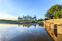 France, Loire-et-Cher (41), Chambord, château de Chambord, la façade nord-ouest et pont sur le Cosson le matin