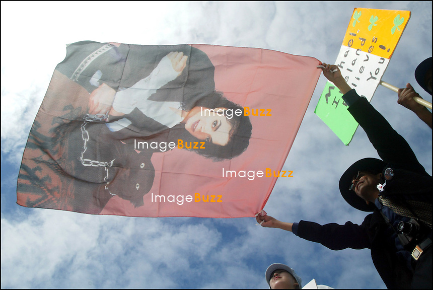 LES FANS DE MICHAEL JACKSON MULTIPLIENT LES MESSAGES DE SOUTIEN DEVANT LE TRIBUNAL DE SANTA MARIA..MICHAEL JACKSON'S FANS AT THE SANTA MARIA COURTHOUSE DURING THE DELIBERATIONS OF THE MICHAEL JACKSON'S TRIAL ACCUSED OF CHILD MOLESTATION..SANTA MARIA, JUNE 9&10, 2005.