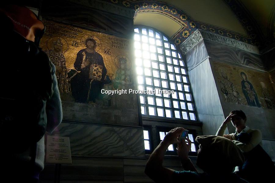TURQUIA-ESTAMBUL.Un turista hace unafoto al mosaico panel bizantino del interior de la Basilica de Santa Sofia en Estambul..foto JOAQUIN GOMEZ SASTRE©
