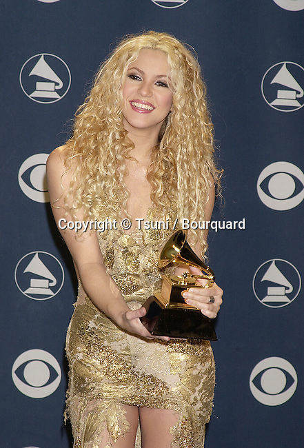 Shakira with her Grammy Awards 2001 at the Stapples Pavillion in Los Angeles          -            Shakira24.jpg
