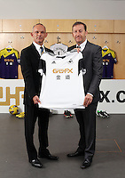 Pictured: Darren Vickers of Goldenway with club chairman Huw Jenkins. <br />
