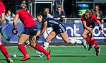AMSTELVEEN  - Stella van Gils (Pin) met Mila Muyselaar (Lar)  , hoofdklasse hockeywedstrijd dames Pinole-Laren (1-3). COPYRIGHT  KOEN SUYK