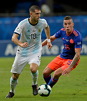 SALVADOR – BRASIL, 15-06-2019: Guido Rodriguez de Argentina disputa el balón con Mateus Uribe de Colombia durante partido de la Copa América Brasil 2019, grupo B, entre Argentina y Colombia jugado en el Itaipava Fonte Nova Arena de la ciudad de Salvador, Brasil. / Guido Rodriguez of Argentina vies for the ball with Mateus Uribe of Colombia during the Copa America Brazil 2019 group B match between Argentina and Colombia played at Itaipava Fonte Nova Arena in Salvador, Brazil. Photos: VizzorImage / Julian Medina / Cont / FCF