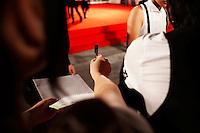 Venezia: una ragazza chiede l'autografo ad un'attrice durante il red carpet, durante la sessantottesima edizione di Venezia film Festival