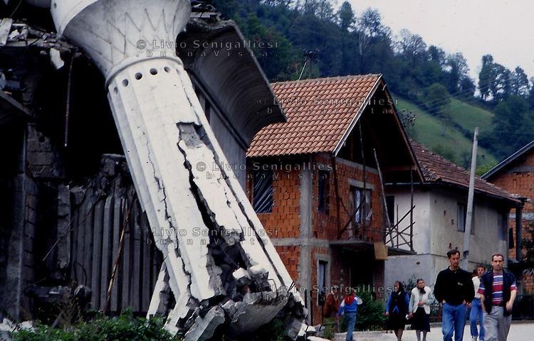 Srebrenica / Republika Srpska 9/1995<br /> Una rara immagine del centro di Srebrenica dopo la conquista dell'enclave da parte dell'esercito serbo bosniaco. In primo piano il minareto della moschea distrutto.<br /> A rare picture of the center of Srebrenica after the capture of the enclave by the Bosnian Serb army. In the foreground, the minaret of the mosque destroyed.<br /> Photo Livio Senigalliesi