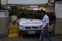 SÃO PAULO, SP, 13.02.2014 – QUEDA DE ARVORE -  Uma árvore caiu sobre uma ambulância na entrada do Hospital São Paulo, no bairro da Vila Mariana, após forte chuva que atingiu a zona sul de São Paulo na tarde desta quinta feira (13). FOTO LEVI BIANCO - BRAZIL PHOTO PRESS