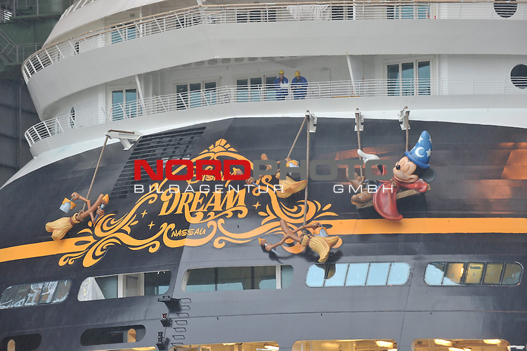 30.10.2010, Meyer Werft, Papenburg, GER, Ausdocken Kreuzfahrschiff Disney Dream, im Bild Ausdocken (Verlassen des Baudocks) des Kreuzfahrtschiffes Disney Dream der Reederei Disney Cruise Line bei der Meyer-Werft in Papenburg/ Emsland am 30.10.2010.  Ein schwimmendes Disney Land wartet auf die Passagiere der Disney Cruise Line an Bord der Disney- Kreuzfahrtschiffe. Die amerikanische Reederei mit bisher zwei Schiffen hat zwei weitere bei der MEYER WERFT in Auftrag gegeben. In den Jahren 2011 und 2012 sollen die beiden Schiffe der Post-Panmax-Klasse fertig gestellt und an die Reederei abgeliefert werden. Die Schiffe werden jedes &uuml;ber 330 Meter lang &ndash; dreimal l&auml;nger als ein Fu&szlig;ballfeld &ndash; und knapp 37 Meter breit sein. In mehr als 1.200 Kabinen finden k&uuml;nftig gro&szlig; und klein ein komfortables und gem&uuml;tliches Ambiente zum Wohlf&uuml;hlen und Ausspannen. Bei Disney kommen nat&uuml;rlich vor allem die kleinen G&auml;ste voll auf ihre Kosten. Besonderer Spa&szlig; ist garantiert, wenn Mickey und seine Freunde mit an Bord kommen und die Reisenden mit Witz und Charme begleiten. Sie sorgen f&uuml;r Unterhaltung und Abwechslung auf See Foto &copy; nph / Albers *** Local Caption *** Fotos sind ohne vorherigen schriftliche Zustimmung ausschliesslich f&uuml;r redaktionelle Publikationszwecke zu verwenden.<br /> Auf Anfrage in hoeherer Qualitaet/Aufloesung
