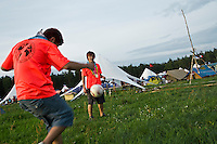 A pair of Brazilian scouts are playing football on the field. Photo: Fredrik Sahlström/Scouterna