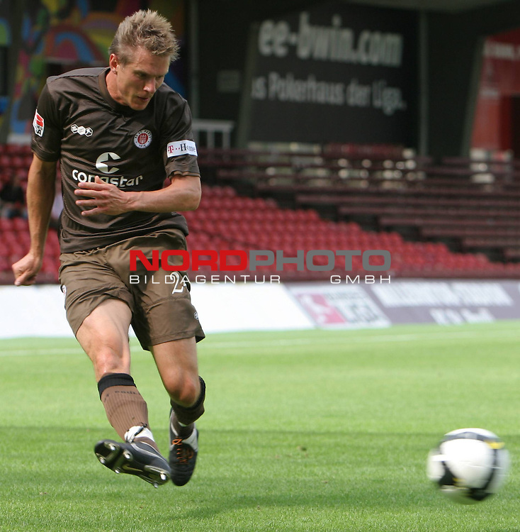 Testspiel FC St.Pauli vs. VFB Stuttgart 2:5  2008/2009  <br /> <br /> <br /> Fl&uuml;gelflitzer Carsten Rothenbach (Nr.24) mit einer scharfen Flanke<br /> <br /> <br /> Foto &copy; nph (nordphoto)<br /> <br /> *** Local Caption ***