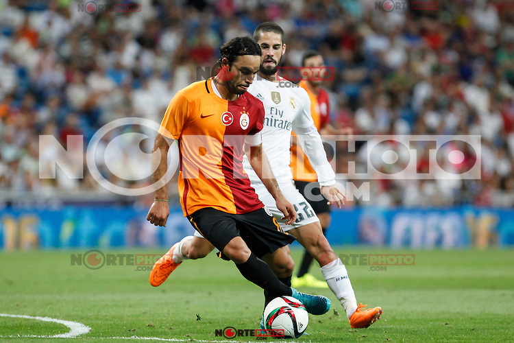 Real Madrid´s Isco (R) and Galatasaray´s Selcuk Inan during Santiago Bernabeu Trophy match at Santiago Bernabeu stadium in Madrid, Spain. August 18, 2015. (ALTERPHOTOS/Victor Blanco)